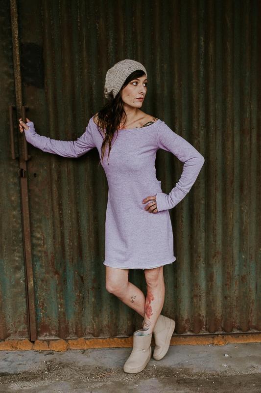 Růžové šaty s holými zády bez motivu